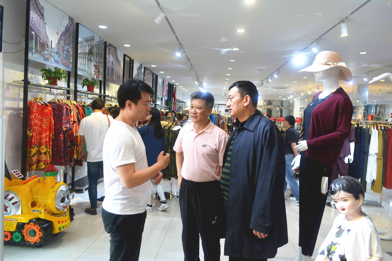 """太仓盛达工厂店总经理周峰(左一)向客人 """"工厂店""""新模式.jpg"""